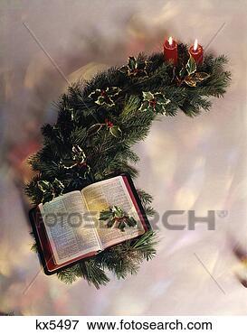 Foto - ainda, vida, abertos,  bíblia, velas,  natal, holly,  guirlanda. fotosearch  - busca de fotos,  imagens e clipart
