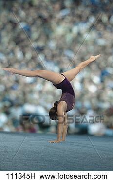 Banque de Photo - femme, gymnaste,  exécuter, plancher,  exercice, devant,  grandes, foule.  fotosearch - recherchez  des photos, des  images et des  cliparts