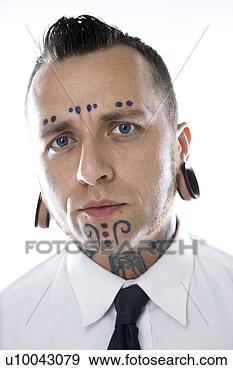 Arquivo Fotográficos - caucasiano, mid-adulto,  homem, tatuagens,  perfurando, desgastar.  fotosearch - busca  de fotos, imagens  e clipart